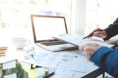 Młody businessteam pracuje z nowym początkowym projektem _ obraz royalty free