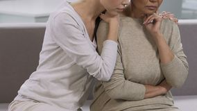 Młody córki przytulenie, zachęcanie i jej matka, rodzinny problem, depresja zbiory
