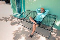 Młody caucasian mężczyzna chlanie w hamak przyjemnej gnuśności weekendowy ranek Fotografia Stock