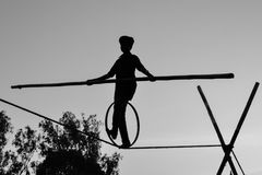 Młody chłopiec balansowanie na linie odprowadzenie, Slacklining, Funambulism, Linowy równoważenie fotografia stock