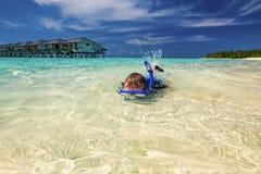 Młody chłopiec dopłynięcie i snorkeling w tropikalnej lagunie Zdjęcia Stock