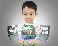 Młody chłopiec mienia świat i przedstawienie laptop wysyłamy list. Zdjęcia Royalty Free