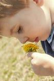 Młody chłopiec mienia dandelion Zdjęcie Royalty Free