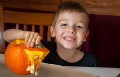 Młody chłopiec mienia wierzchołek bania Z ziarnami Wiesza W dół zdjęcia stock