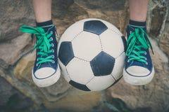 Młody chłopiec obsiadanie z piłki nożnej piłką Fotografia Royalty Free