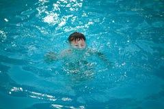Młody chłopiec tonięcie w basenie Obrazy Royalty Free