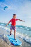 Młody chłopiec uczenie surfować Obraz Stock