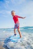 Młody chłopiec uczenie surfować Obraz Royalty Free