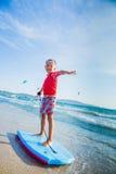Młody chłopiec uczenie surfować Fotografia Stock
