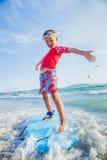 Młody chłopiec uczenie surfować Obrazy Royalty Free