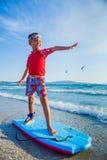 Młody chłopiec uczenie surfować Zdjęcia Royalty Free