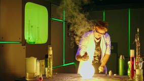 Młody chemik robi eksperymentom w laboratorium zdjęcie wideo