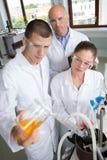 Młody chemik robi eksperymentowi obrazy royalty free