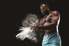 Młody chested amerykanin afrykańskiego pochodzenia sportowiec stosuje talku proszek zdjęcia stock