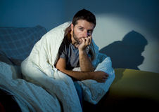 Młody chory przyglądający mężczyzna cierpienia zaburzenia psychiczne lub depresja Zdjęcie Stock