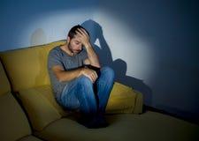 Młody chory przyglądający mężczyzna cierpienia zaburzenia psychiczne lub depresja Fotografia Royalty Free