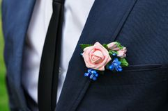 Młody cienki mężczyzna w klasycznym kostiumu z krawatem, białą koszula i róża w jego buttonhole zdjęcia stock