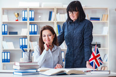 Młody cudzoziemski uczeń podczas język angielski lekci obrazy royalty free