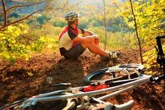 Młody cyklista w hełmie Sporta stylu życia pojęcie Zdjęcie Royalty Free