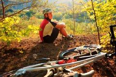 Młody cyklista w hełmie Sporta stylu życia pojęcie Zdjęcia Royalty Free