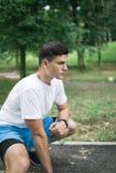 Młody człowiek ćwiczy w miasto parku obraz royalty free