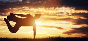 Młody człowiek ćwiczy w zmierzchu Zdjęcia Stock