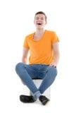 Młody człowiek śmia się out głośnego, na białym tle obraz stock