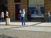 Młody człowiek żongluje w ulicie Praga, obraz royalty free