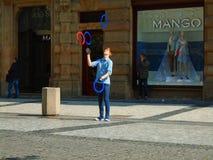 Młody człowiek żongluje w ulicie Praga, obraz stock