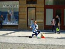 Młody człowiek żongluje w ulicie Praga, obrazy stock