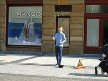 Młody człowiek żongluje w ulicie Praga, obrazy royalty free