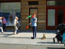 Młody człowiek żongluje w ulicie Praga, zdjęcia royalty free