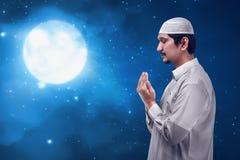 Młody człowiek azjatykcia muzułmańska modlitwa obraz royalty free