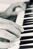 Młody człowiek bawić się elektroniczną klawiaturę Fotografia Royalty Free