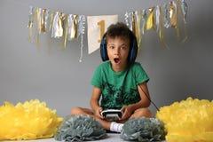 Młody człowiek bawić się gier długie godziny zdjęcie royalty free