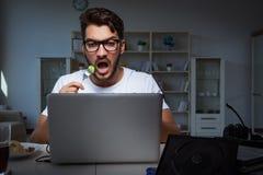 Młody człowiek bawić się gier długie godziny póżno w biurze zdjęcie stock