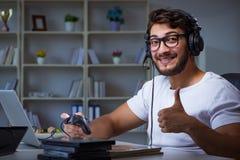 Młody człowiek bawić się gier długie godziny póżno w biurze zdjęcie royalty free
