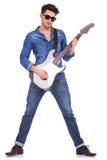 Młody człowiek bawić się gitarę Zdjęcia Royalty Free