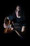 Młody człowiek bawić się gitarę Obrazy Royalty Free