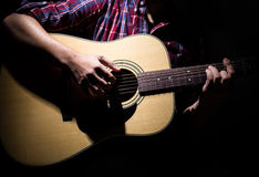 Młody człowiek bawić się gitarę akustyczną w studiu zdjęcie stock