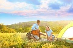 Młody człowiek bawić się gitarę dla jego dziewczyny Zdjęcie Royalty Free