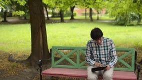 Młody człowiek bawić się gry komputerowej arkadę przy pastylką zbiory