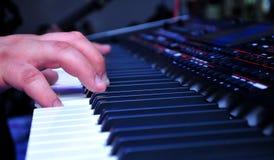 Młody człowiek bawić się klawiaturę przy ślubem Obrazy Stock