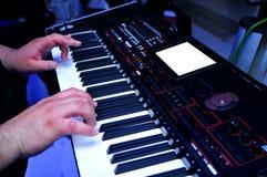 Młody człowiek bawić się klawiaturę przy ślubem Obrazy Royalty Free