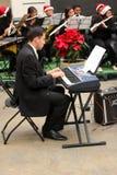 Młody człowiek bawić się muzyczną klawiaturę Obrazy Royalty Free