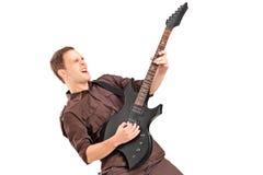 Młody człowiek bawić się na gitarze elektrycznej obrazy royalty free