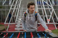 Młody człowiek bawić się tablefootball i zmienia wynika w parku w Moscow obraz stock