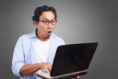 Młody Człowiek Bawić się z Jego laptopem, Zdziwiony wyrażenie obraz stock
