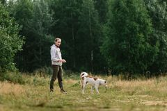 Młody człowiek bawić się z jego psem przy naturą Zdjęcie Stock
