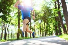 Młody człowiek biega outdoors zdjęcie stock